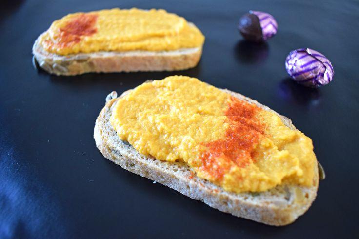 5 vegan paas brunch recepten voor een ei-vrije paasbrunch! Ik deel in dit blog een recept voor wortelhummus, vegan sinaasappel chocolademousse, frisse quinoa salade met gegrilde asperge, scrambled tofu en mini vegan framboos cheesecake tarts.