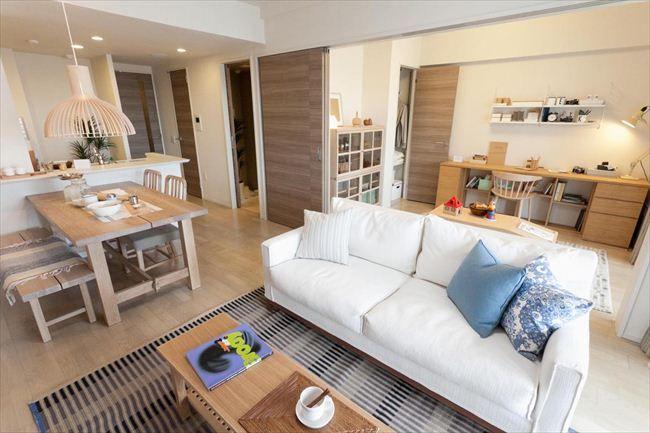 写真:70平方メートル台のモデルルーム住戸のLD(約12.0畳)。隣の洋室(約5.0畳)と一体で使うことも可能