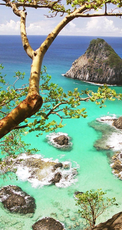 Vista da Baía dos Porcos, no arquipélago de Fernando de Noronha, pertencente ao estado de Pernambuco, Região Nordeste do Brasil.