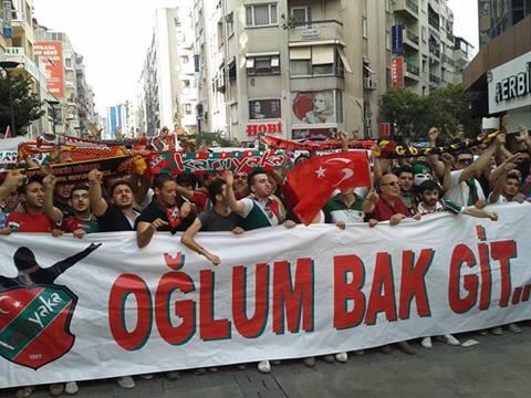 Taksim Gezi Parkı direnişinde Göztepe - Karşıyaka taraftarı yanyana İNANILMAZ bir fotoğraf!Teşekkürler RTE