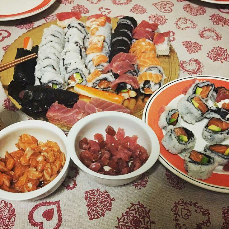 Homemade sushi! Tanto salmone fresco e tonno, avocado, Philadelphia e maionese accompagnato da tartar condita con salsa di soia e pepe