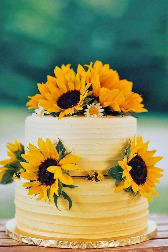 Fall Wedding Cake: bright yellow sunflowers make the basic white cake beautiful and of strong Fall feel.