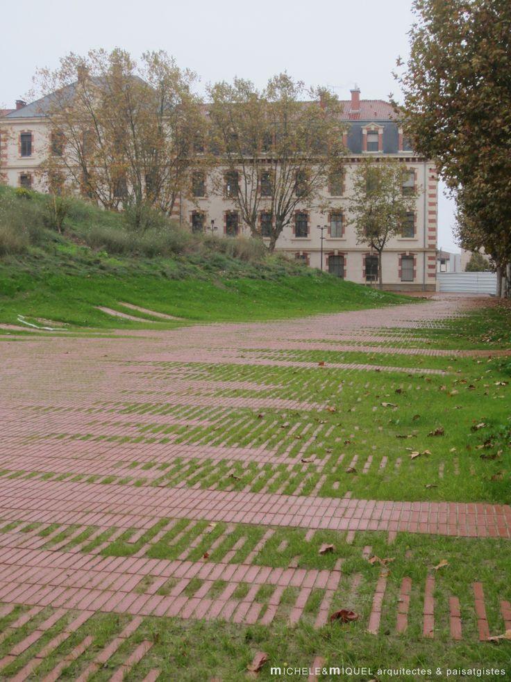 Michele&Miquel. Jardín Niel. Toulouse. Tejido cerámico Flexbrick de adoquinado drenante