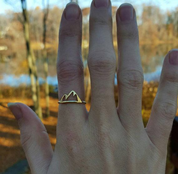 Anillo de la montaña; oro o el anillo de la montaña de plata; las montañas están…