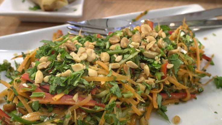 En søt, sur, sprø og lekker thaisalat med gulrøtter, agurk, paprika, vårløk og en god blanding av krydderurter fra Anne Hjernøe.