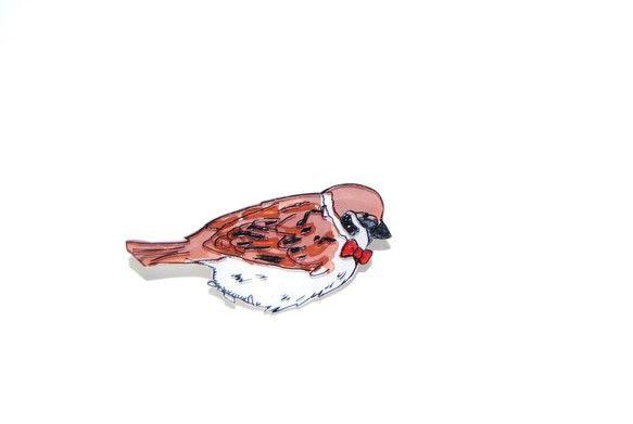 小さめのブローチです。よく見るとすずめさんが蝶ネクタイをしています!鳥のおめかしシリーズです。サイズが小さいので帽子やカーディガンのワンポイントとして活躍して...|ハンドメイド、手作り、手仕事品の通販・販売・購入ならCreema。