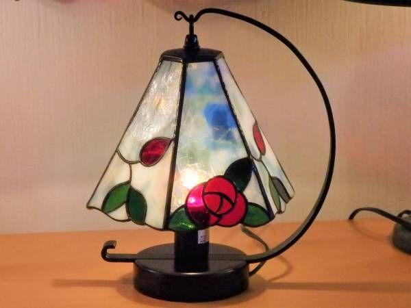 ステンドグラスの薔薇の6面体ランプのデザインパターンです。  A面とB面を3面ずつ制作して交互に組み立てます。  2枚目と3枚目の写真は完成例の参考写真です。(B面の葉の部分が少し違います)  プリントと型紙用のケント紙が付いています。  ※その他の物は付属しません。  出来上がりサイズ高さ約17cm用紙サイズ&...