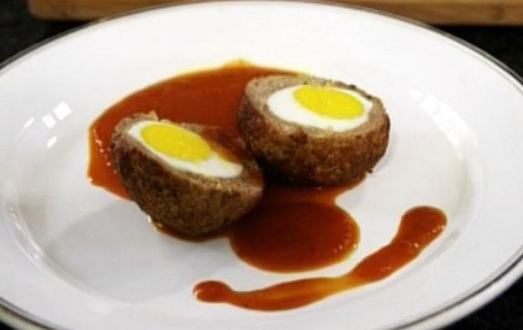 Oftewel: gehaktballen met ei erin  Het is typisch Nederlands om bij stamppot een gehaktbal te eten (oké, of een rookworst). Het smaakt natuurlijk prima, zo'n gehaktbal. Maar er zijn ook veel variaties te ontdekken op het stuk vlees. Deze Vlaamse vogelnestjes bijvoorbeeld. Een gehaktbal met ei erin