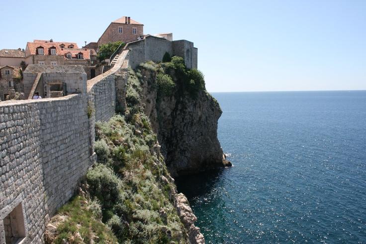 Vanhankaupungin jyrkät muurit. City walls of the old town #Dubrovnik.