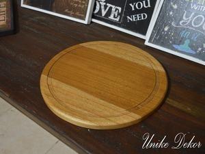 Talenan Kayu Board Bundar Food Grade CB-001 dibuat dari kayu mindi dengan finishing food grade yang aman untuk makanan. Material : Kayu dengan finishing food grade Ukuran : Diameter 30 x tebal 2 cm