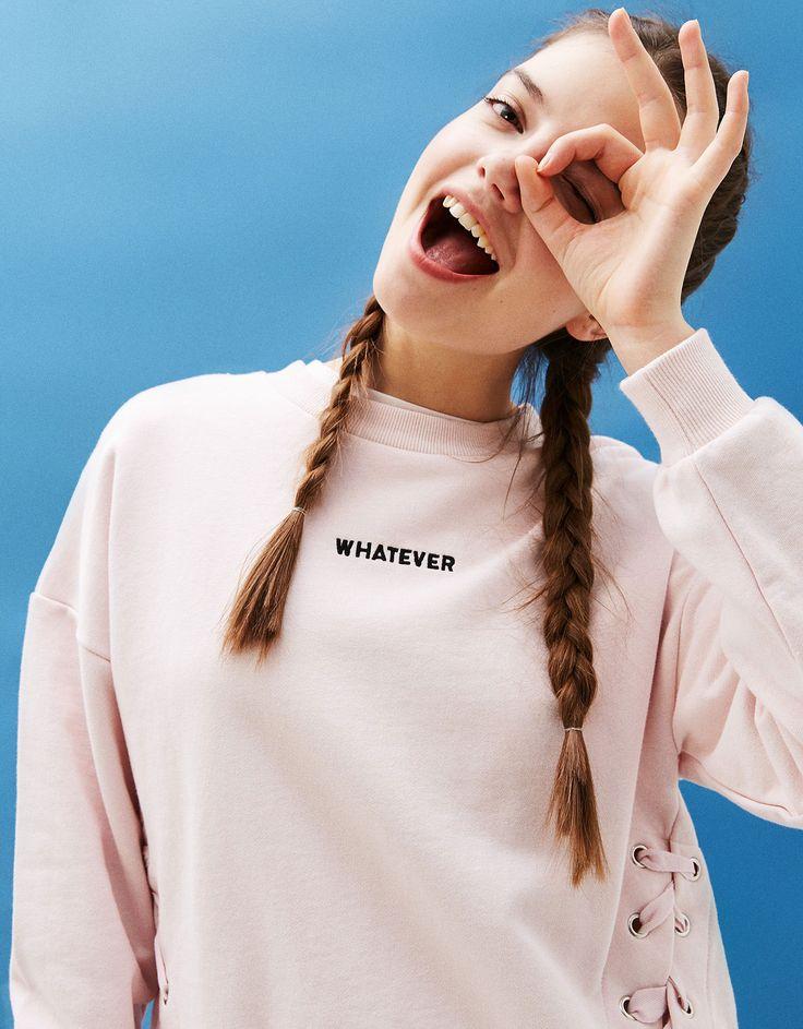 Sudadera lazos delanteros texto bordado. Descubre ésta y muchas otras prendas en Bershka con nuevos productos cada semana