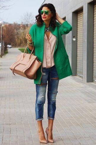 Look de moda: Abrigo Verde, Blusa de Botones Beige, Vaqueros Pitillo Desgastados Azules, Zapatos de Tacón de Cuero Marrón Claro