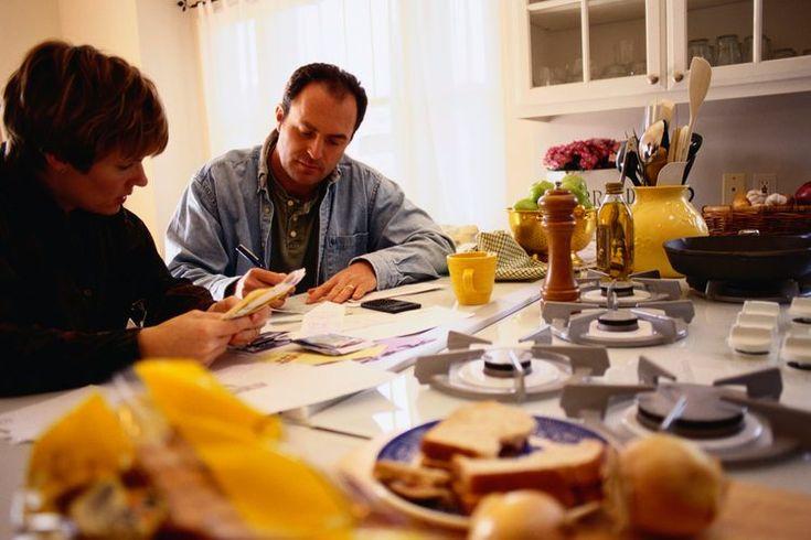 Cómo calcular un presupuesto familiar. Al igual que con todos los demás gastos de la familia, tu factura mensual de comestibles debe ser presupuestada en el plan general. La comida es un gasto, al igual que mantener un coche o el pago de la hipoteca, y si no haces un presupuesto adecuado, el gasto ...