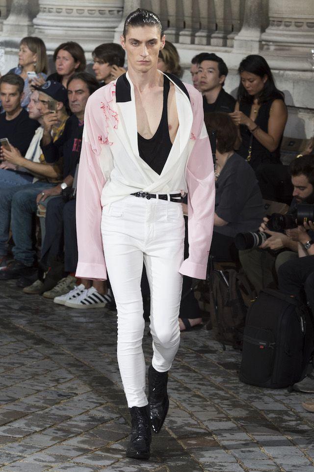 パリ メンズファッションウィーク期間中にあたる22日、Haider Ackermann (ハイダー・アッカーマン) による2017年春夏メンズコレクションが発表された。オペラ座、ガルニエ宮の荘厳たるファサードを用いて発表された今季コレクションのイメージソースとなったのは、虹色に輝くグラムロックギャングたち。タイトなホワイトデニムとスラウチなシャツのレイヤーという、お決まりのスタイリングで幕を切ったショーは、ファーストルックの薄紅色に始まりセルリアンブルー、エメラルドグリーン、カナリアイエロー、マゼンタ、スカーレットに至るまで目の醒めるようなブライトカラー、そしてメタリックシェードのエキセントリックな取り合わせで彩られた。