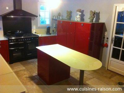 Une Cuisine Rouge Et Moderne, Avec De Nombreux Rangements, Un îlot Et Un  Piano
