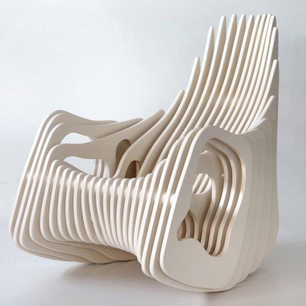 Eduardo Baroni, un designer qui vit et travaille à Rio de Janeiro au Brésil. Soucieux d'une approche du design tout en simplicité, légèreté et à faible coût, son assise baptisée « Mamulengo Rocking Chair » reflète exactement ses principes.  Je vous laisse apprécier la forme de ce fauteuil aux lignes organiques.