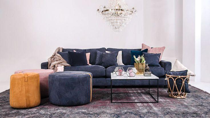 Blå Valen XL skinnsoffa, soffa, skinn, dun, djup, låg, rymlig, Baggen fotpall, pall, puff, soffbord, cognac, brun, marmorbord, marmor, bord, vitt, metall, ram, vintagematta, matta, vintage, kristallkrona.