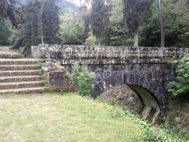 La via degli acquedotti - Natura, storia, arte, lungo la via dell'acqua da Lucca a Pisa. Siamo partiti dal tempietto-cisterna di San Concordio vicino alla stazione di Lucca e abbiamo iniziato a seguire gli archi dell'acquedotto sopraelevato: uno, due, tre, quattro…460 pilastri e 459 arcate.