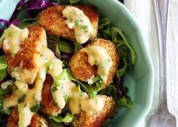 Light σαλάτα με τραγανό κοτόπουλο και σος. Ιδανική ακόμα και για τη δουλειά!