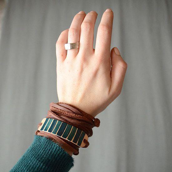 Esta pulseira de couro ajustáveis é uma escolha fácil para a elaboração de noviços. | 27 DIY Friendship Bracelets You'll Actually Want To Wear