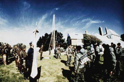 Fotos de la guerra de Malvinas confiscadas por los ingleses a los soldados argentinos. Casa del gobernador 2 de abril de 1982, izamiento de la bandera Argentina , se logra ver al regimiento de Infanteria 25 y al Teniente Coronel Mohamed Alí...