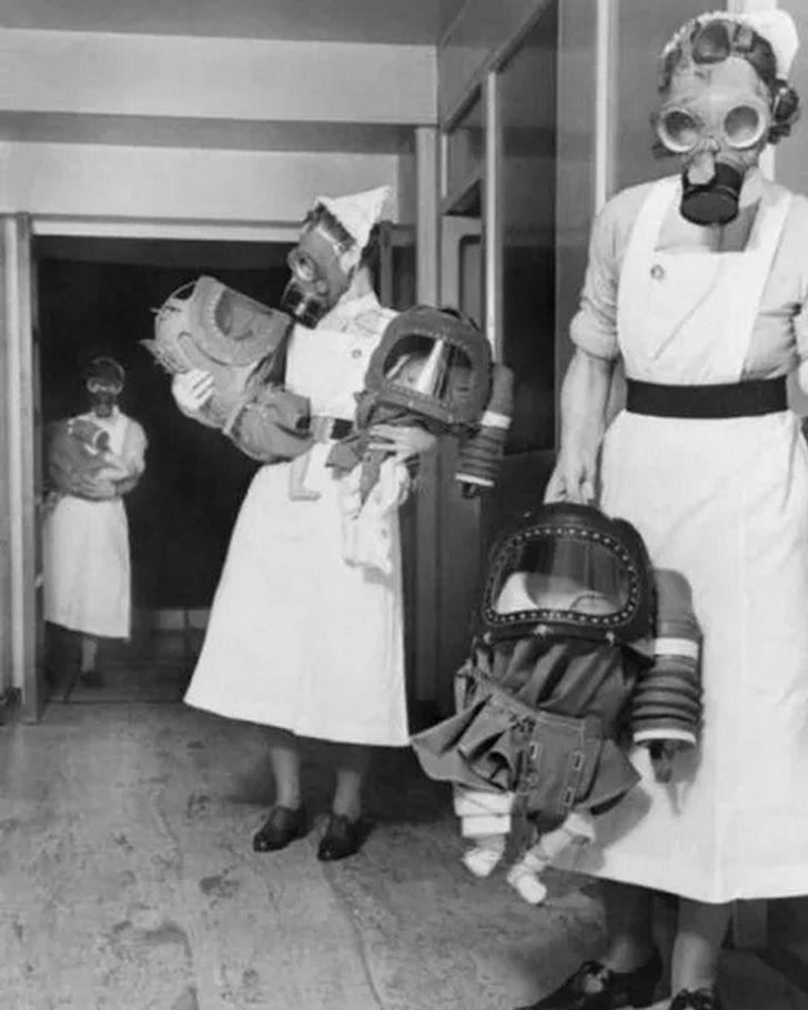 gaz maskeli bebekler siyah beyaz