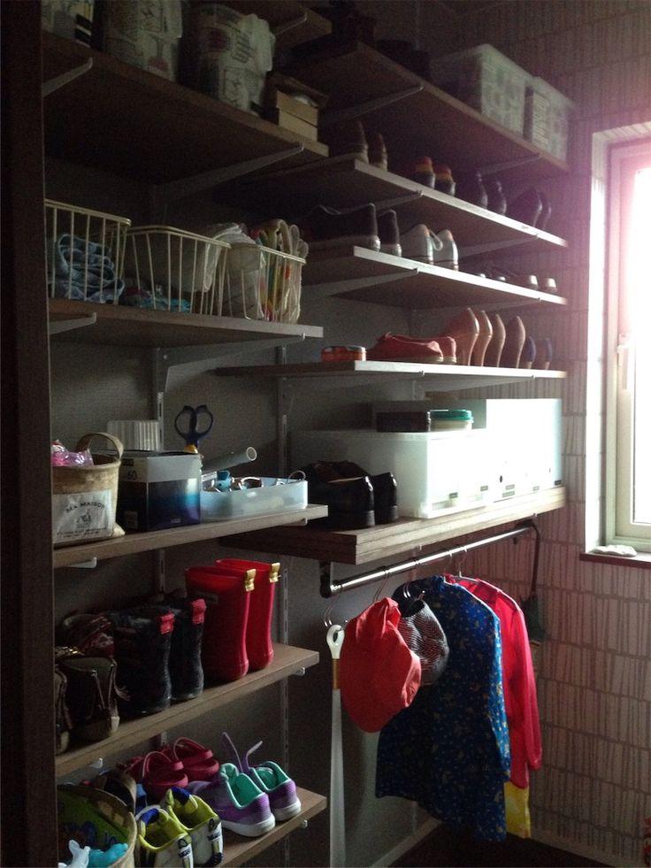 玄関から入って左手の扉を開けると我が家の「シューズクローゼット」があります。 入居前のなにもない状態の写真がないので、いまの状態で失礼します… 幅は約170センチ、60センチと100センチの2つの幅の棚板に分けました。 奥行きは35センチ。 棚板は7枚ずつ、1枚だけ下側にポールをつけてもらっています。 傘などの収納にとても便利ですよ!濡れたものを干したりもできます。 棚は可動式です。天井までレールがあります。 収納しているものは ♪靴(家族4人分) 30足くらい ♪こどもの雨具や帽子 ♪虫除けグッズや撥水スプレーなど ♪はんかち、ポケットティッシュ、マスク ♪鍵、はさみなど ♪雑巾 ♪主人のも…