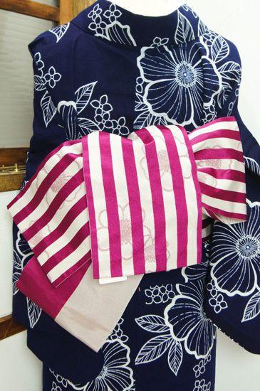 ツツジの花びらのようなベリーがかったルージュピンクのボーダーを、格子戸のように透かして愛らしいお花模様が浮かび上がる半幅帯です。 #kimono