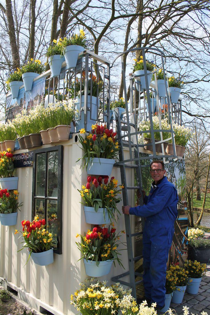 Ook Rob poseert even op een van de leukste plekken voor een foto, in de Amsterdamse Tuin.