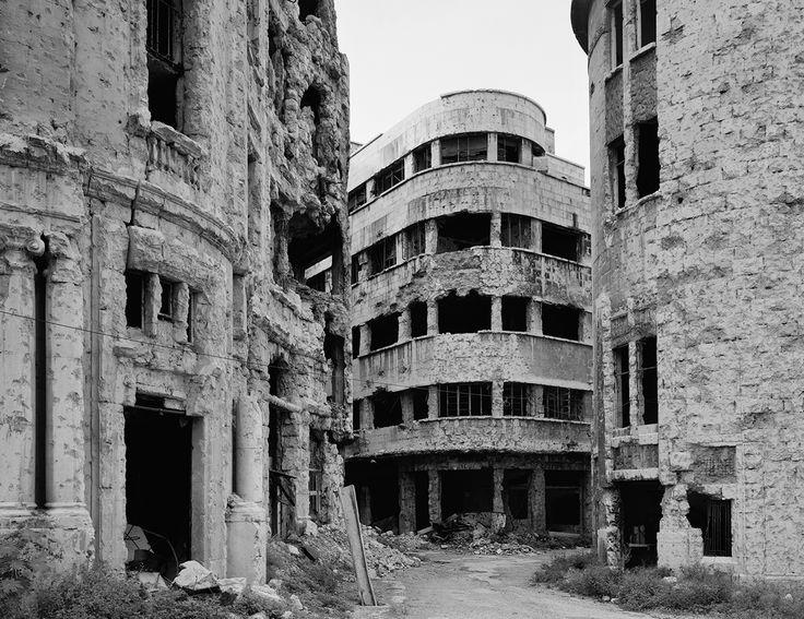 En 1991, la Fondation Hariri invite 6 photographes à documenter le centre ville…