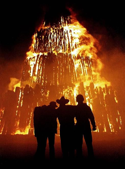 NOW THIS IS A BONFIRE... i gotta do this... somewhere... somehow... sometime..