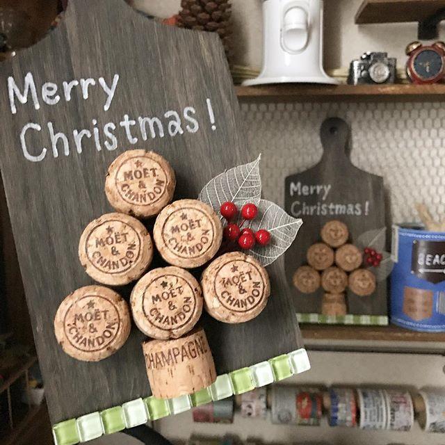 おはようございます☺︎ * ハロウィンまだ終わってないけど、クリスマスのインテリア * シャンパンコルクでツリーをイメージしてみました * カッティングボードはウォールナットで塗って大人っぽいツリーにしてみました〜 * * *  #セリア #100均 #100円ショップ #カッティングボード #コルク #シャンパンコルク #ウォールナット #ニス #ダイソー #daiso #タイル #モザイクタイル #手書き文字 #クリスマス #christmas #ハンドメイド #手作り #ハンドメイドインテリア #ハンドメイド雑貨 #ハンドメイド部 #手作りインテリア #手作り雑貨 #自己満足 #可愛くできた #大人っぽい #cute #happy #harukaze_plus_25