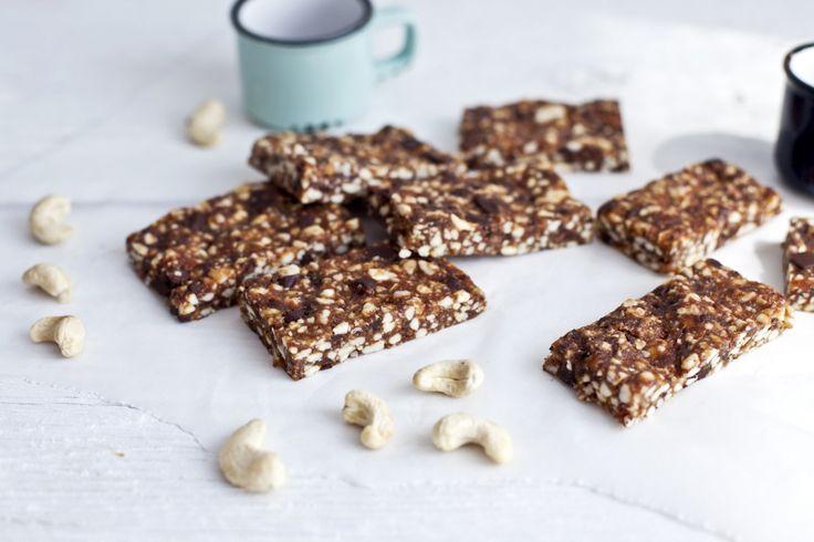 Ces barres d'énergie au chocolat sont végétaliennes, sans gluten et excellent pour les personnes sur une diète paléo. Faites-les en avance pour ajouter à vos boîtes à lunch la semaine.