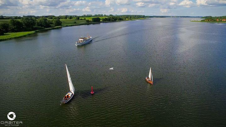 """Das Wetter machte es möglich mal wieder einen kleinen Clip für Orbiter Aerial Footage zusammenzustellen - Herausgekommen ist die Fortsetzung unserer kleinen Reihe:  """"Warum wir die Schlei so lieben??? - Seht selbst!!""""  Danken möchten wir an dieser Stelle noch einmal den Fischern """"Ross & Ross"""" aus Schleswig/Holm die uns an jenem Abend zeigten wie die wenigen Fischer der Schlei mit der """"Wade"""" fischen #Kulturauftrag :-)  Der Clip darf gern von unserer Seite geteilt (nicht jedoch kopiert) werden…"""