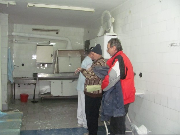 60 de pacienţi au ajuns în ultimele ore la urgenţe după ce au alunecat pe gheaţă şi si-au rupt mâinile sau picioarele. Mulţi sunt oameni în vârstă, care au fost nevoiţi să iasă din case, chiar dacă afară ningea şi trotuarele erau îngheţate. ,,M-am dus să iau pâine şi când mă întorceam am căzut pe gheaţă. Erau tot trotuarul acoperit. În mînă am căzut şi acum o să îmi pună mâna în ghips.