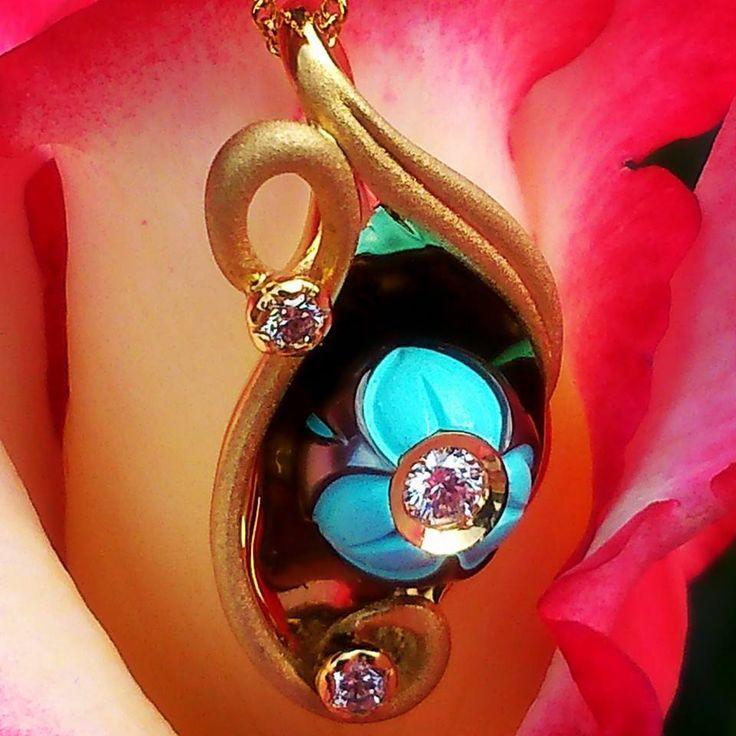 Подвека с зеркальным золотом 585 пробы, его поверхность отражает океаническую жемчужину в основании которой бирюза, а по центру бриллиант!!! Цена: 174 500руб. #чтоейподарить #москва #вналичии 