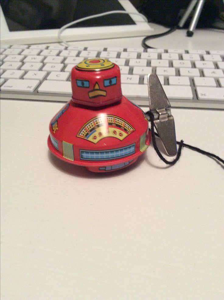Leon Robot er opkaldt efter soulsangeren Leon Bridges og ligner til forveksling Wilson Robot. Det er fordi de er brødre.