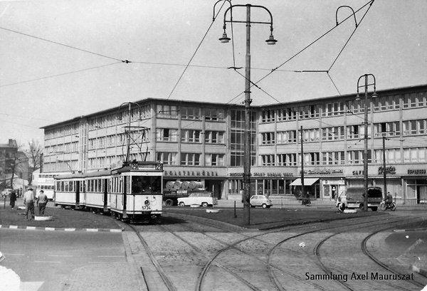 Berlin.Eine Strassenbahn der Linie 29 passiert den Kurt-Schumacher-Platz.Die Linie 29 fuhr von Heiligensee (Tegel) zum Bahnhof Gesundbrunnen (Wedding)
