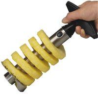 Ananassnijder Met deze snijder wordt het schillen en snijden van een ananas wel heel makkelijk. Verse, sappige en perfecte ananasschijven, sneller dan je een blik kunt openen. En er is weinig kracht voor nodig.