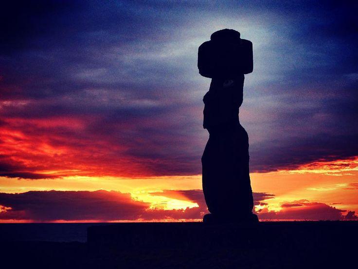 Los #Moai son uno de los mayores atractivos de la ya de por sí legendaria #IsladePascua  Ya sea por su majestuosidad o por el #misterio que encubren resulta imposible no admirar la originalidad de las estatuas de piedra testigos centenarios del devenir de esta diminuta #isla del #Pacífico.  Dentro de la Isla hay cientos de Moais los cuales se encuentran repartidos por todo el territorio. El lugar donde se pueden ver más estatuas de Isla de Pascua es en la cantera del #volcán #RanoRaraku y en…