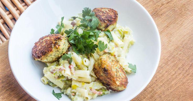 Visballetjes van kabeljauw met pasta en witte saus