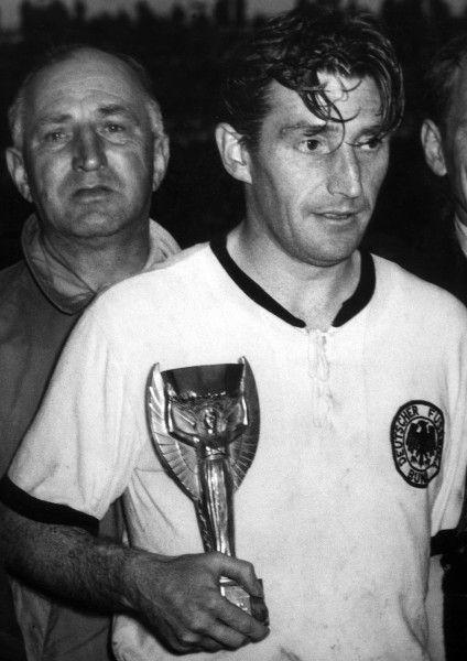 """Fritz Walter a világbajnoki serleggel (Fotó: """"Museum der Weltmeisterschaft 1954"""")"""