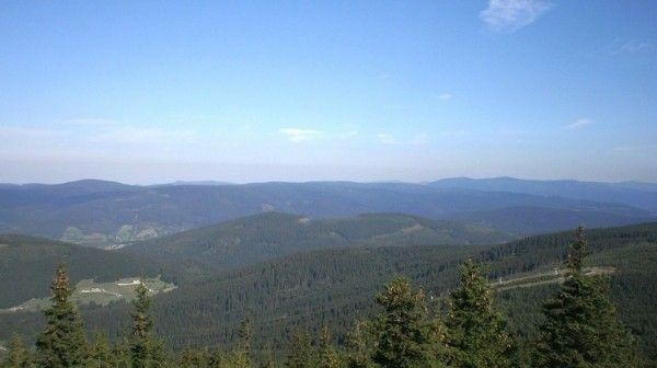 Góry Bialskie rozciągają się po polskiej jak i czeskiej stronie oferując wiele szlaków i ciekawych mniejszych i średniej wielkości szczytów do zdobycia. Góry Bialskie należą do pasma Sudetów i są przy tym żywym pomnikiem przyrody, o czym świadczy bogata fauna i flora. Góry Bialskie polecamy wszystkim którzy cenią sobie spokój, trasy turystyczne bez tłoku oraz doceniają ładne krajobrazy i naturę. Więcej o Górach Bialskich znajdziesz na http://diananoclegi.pl/gory-bialskie-noclegi