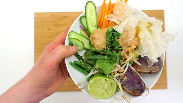 Lun vegansk vintersalat med inspirasjon fra Indonesia. Vanligvis lages gado gado med kylling og egg. Denne gangen er det brukt lune lilla poteter, stekt tofu og masse friske grønnsaker. Salaten serveres med peanøttsaus og sprøstekte rispapir.