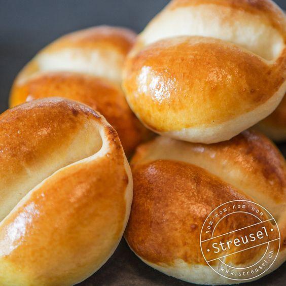 Rezept für Weggli, die schmecken wie vom Bäcker. Das klassische, fluffige Schweizer Milchbrötchen. Abgucken von einer Bäckerin-Konditorin.