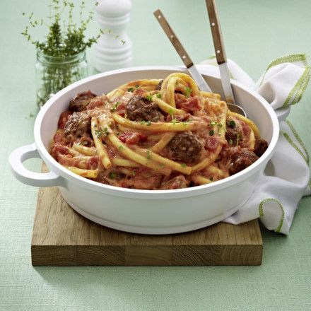 Nudeln mit Hackbällchen und Ricotta-Tomatensoße Rezept | LECKER