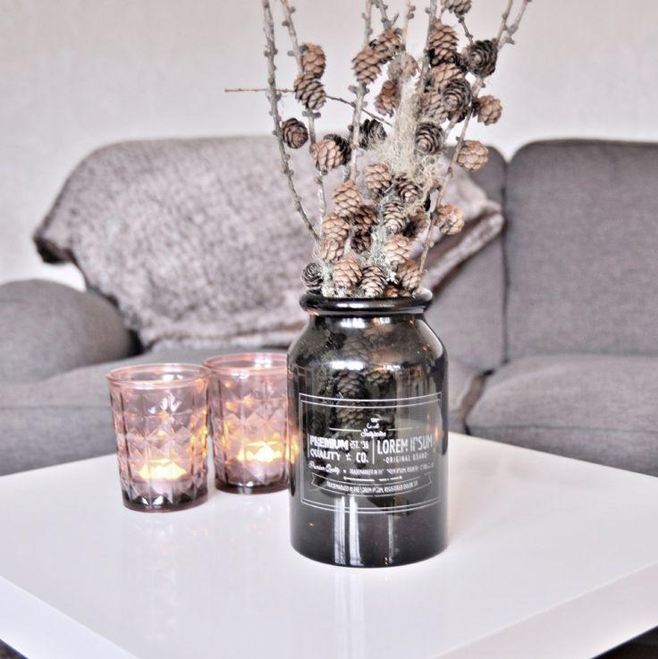 Snygg glasvas med lite sliten touch. Gör sig fin som dekoration i hemmet eller med en enkel blomma eller fjäder i.