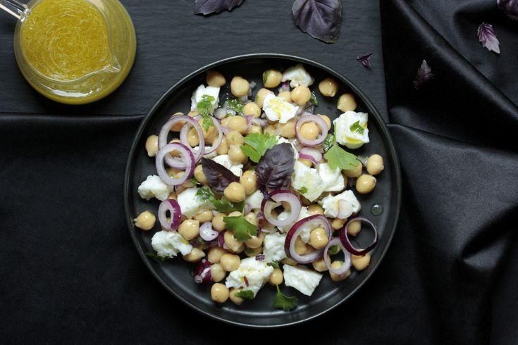 Unser Protein-Salat mit Kichererbsen und Eiweiß-Würfeln ist eine echte Eiweißbombe. Ideal zum gesunden Abnehmen oder für den Muskelaufbau.