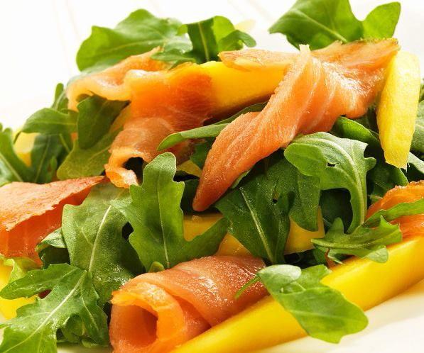 Una ensalada muy original. Probad ésta de rúcula, salmón y mango, os va a encantar
