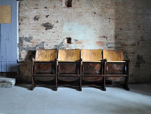 Interior design recupero poltrone o sedie da cinema originali in ottime condizioni. dimensioni: h 83 cm x 204 cm, ingombro chiuse 37 cm aper...